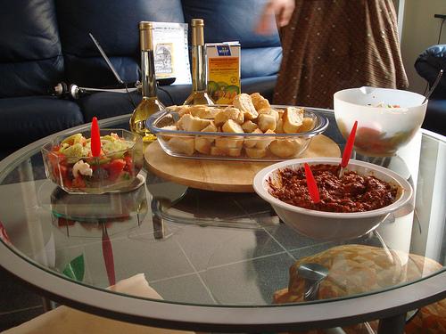 Masa cu Zacusca si salata greceasca.
